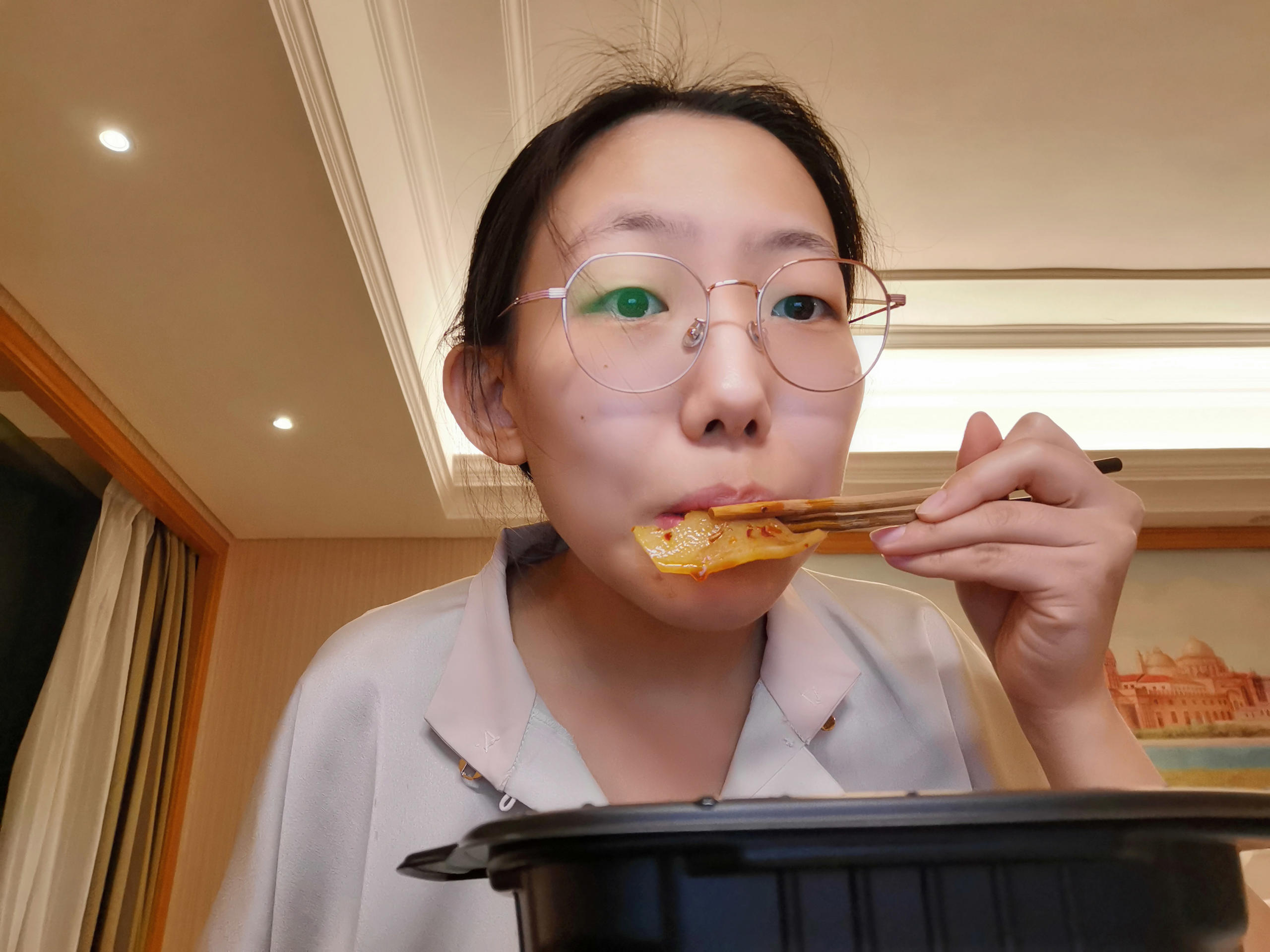 Zifeng juggled study, online classes, and assignments while quarantined. When she studied late at night, Zifeng liked to order via the hotel's WeChat app a hot-pot to snack on. Image credit: Zifeng Zhang